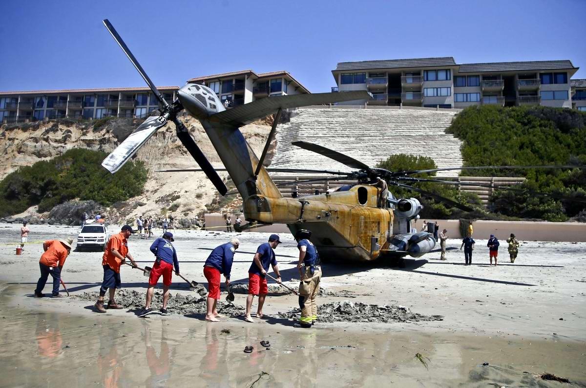 Приземление посреди пляжа: Аварийная посадка вертолета ВМС США в Калифорнии (1)