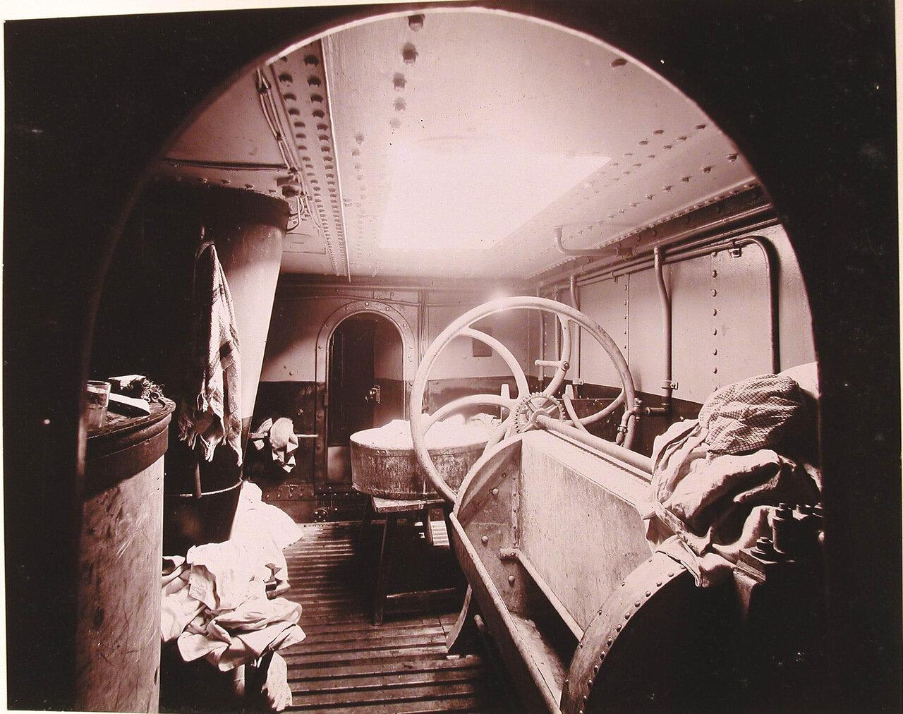 25. Вид прачечной с механическими приспособлениями для стирки, сушки и глажения белья, устроенной в одном из помещений плавучего госпиталя Орёл