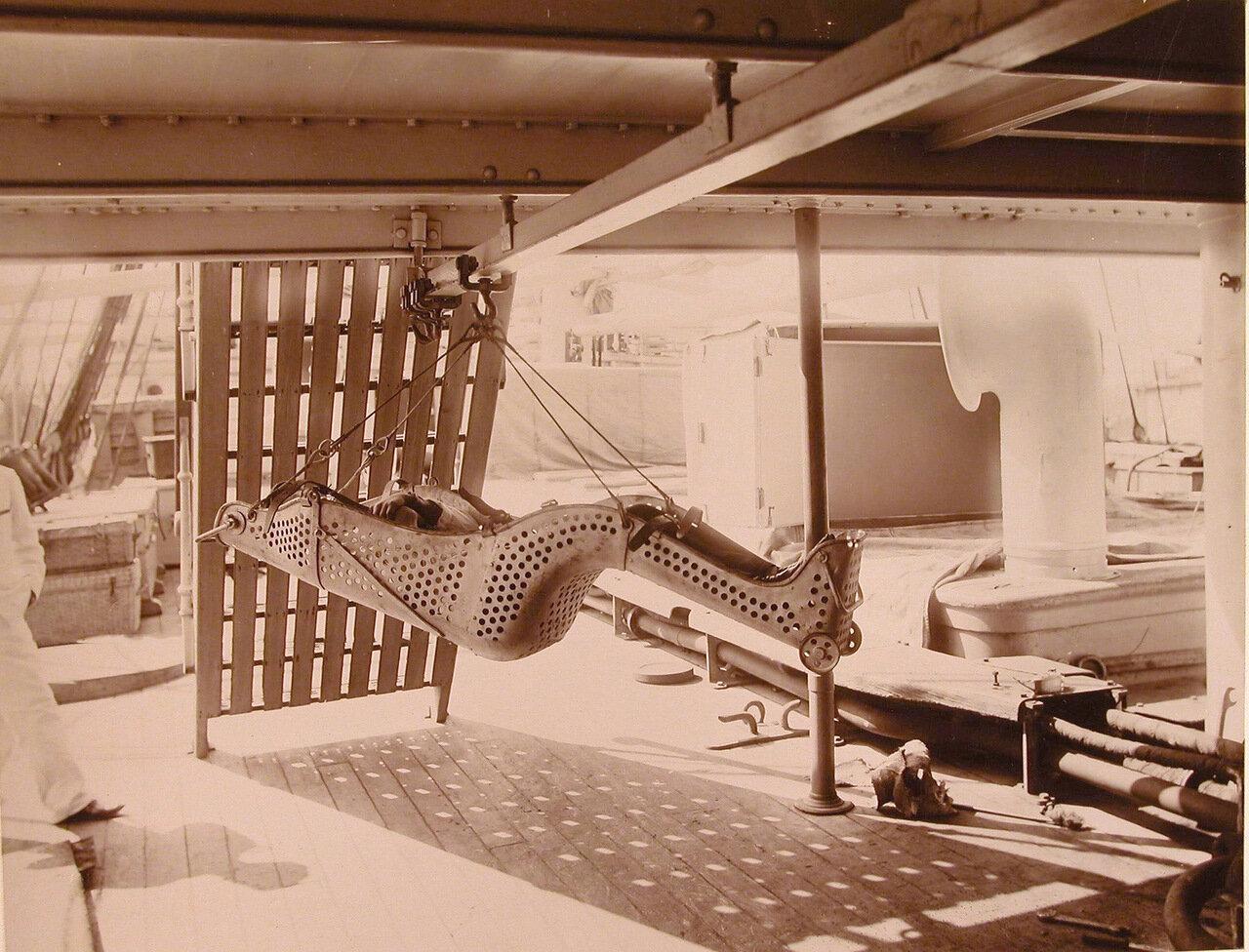 30. Носилки системы доктора Оффре, предназначенные для подачи раненых на борт плавучего госпиталя Орёл в горизонтальном положении