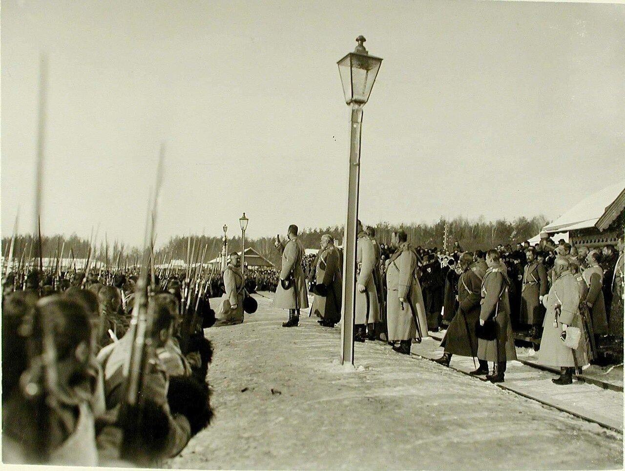 07. Император Николай II с иконой в руках благословляет полки и напутствует их в поход