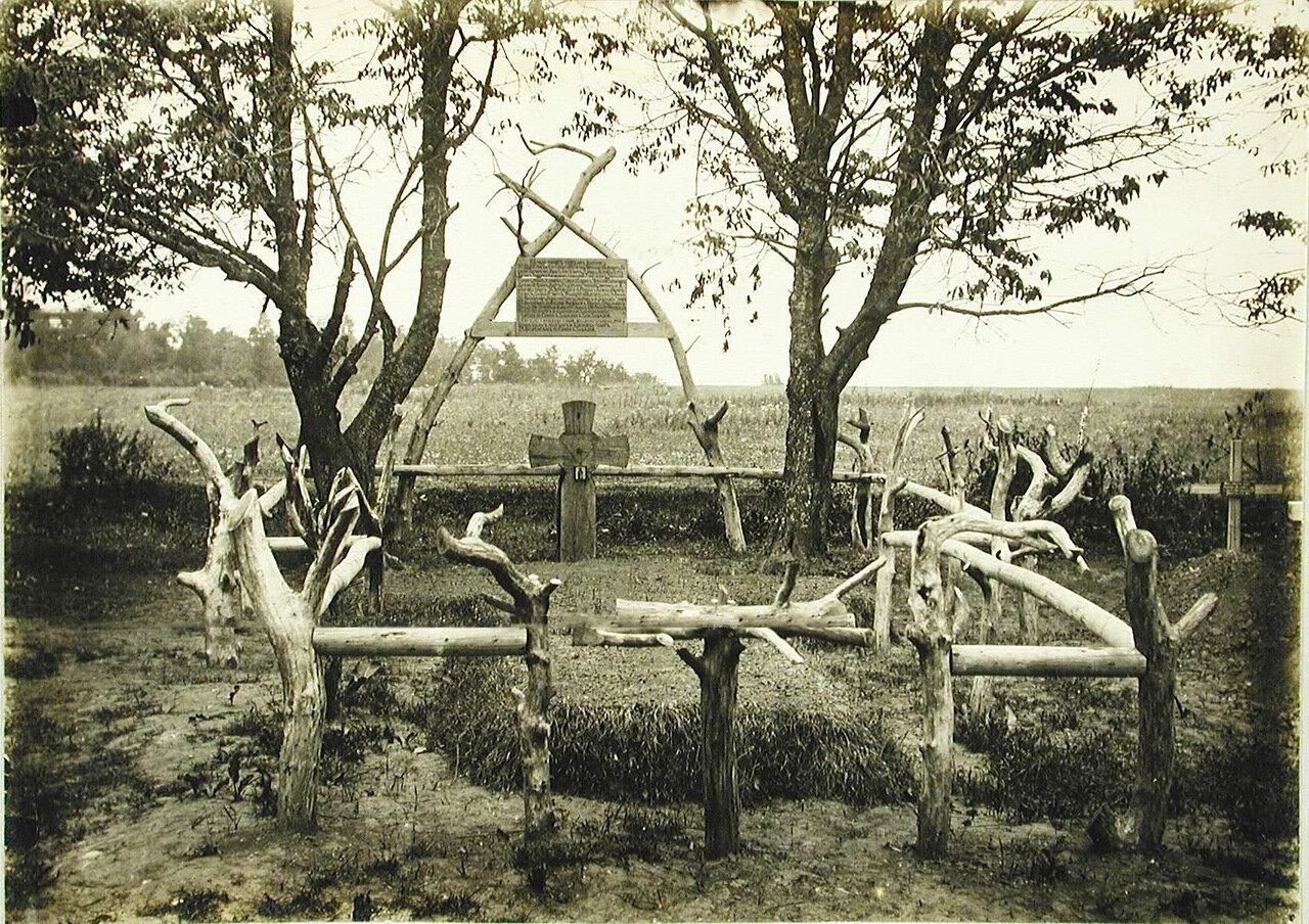 12. Общий вид братского кладбища вблизи молочной фермы, около шоссе Подкамень-Золодце. Галиция, селение Подкамень