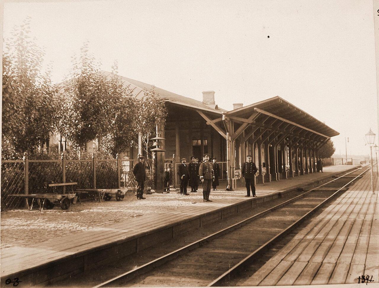 Варшавская губерния. Станция Воломин. Группа служащих у пассажирского здания.