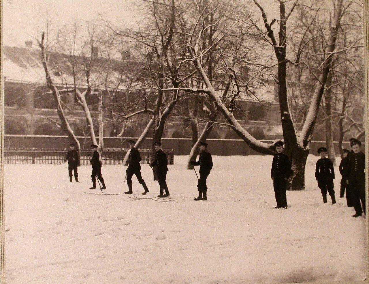 19. Группа воспитанников кадетского корпуса во время прогулки на лыжах