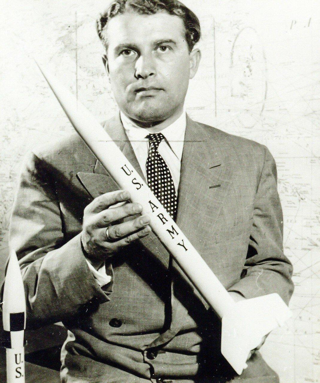 08. 1958, февраль. Научная группа Вернер фон Браун празднует успех «Эксплорер-1» и открытие радиационных поясов вокруг Земли названных поясами ван Аллена.