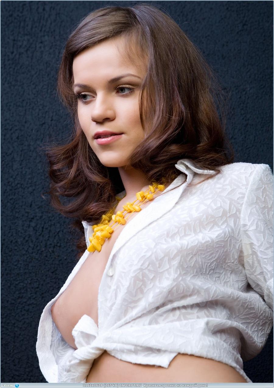 Эротический фотосет в желтых ажурных чулочках (19 фото)
