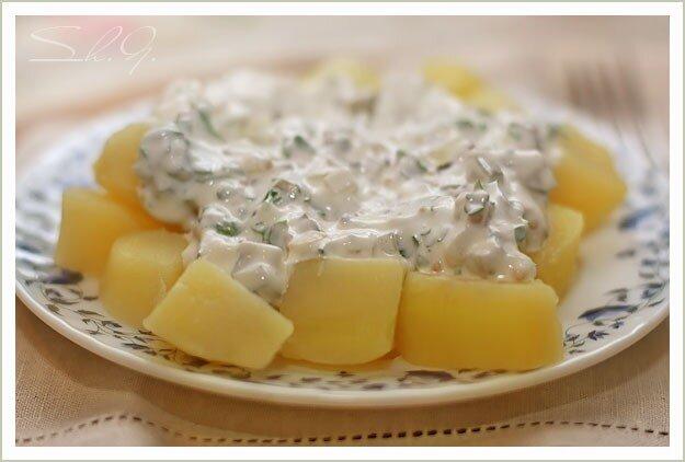 Теплый картофельный салат со сметанным соусом