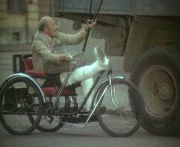 51. Ан нет. Он оказывается на другой стороне Фонтанки на улице Росси и цепляется за грузовик, чудеса
