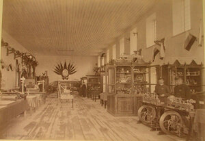 Посетители осматривают экспонаты в железнодорожном отделе выставки.