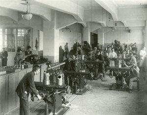 Рабочие за работой в одном из цехов завода.