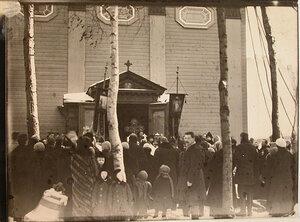 Прихожане во время молебна в день поднятия колоколов на колокольню собора Пресвятой Троицы (Троице-Петровского собора на Троицкой площади).