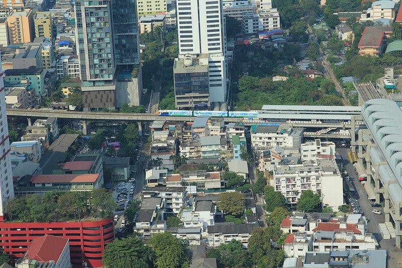 Вид на станцию скайтрейна в Бангкоке (столице Таиланда) из небоскрёба Baiyoke Tower II в дневное время