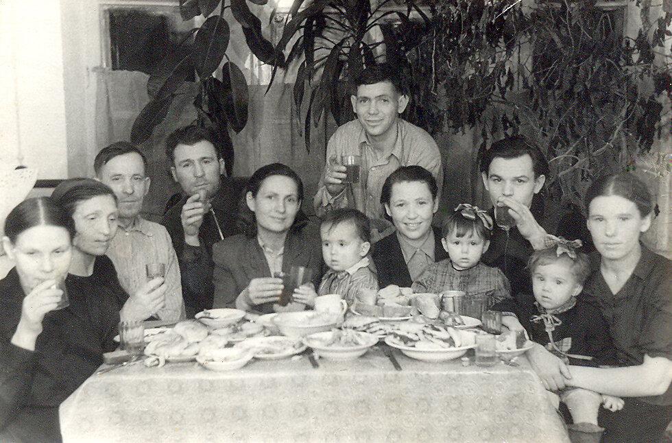 С мамой и папой (в центре), Канаш.