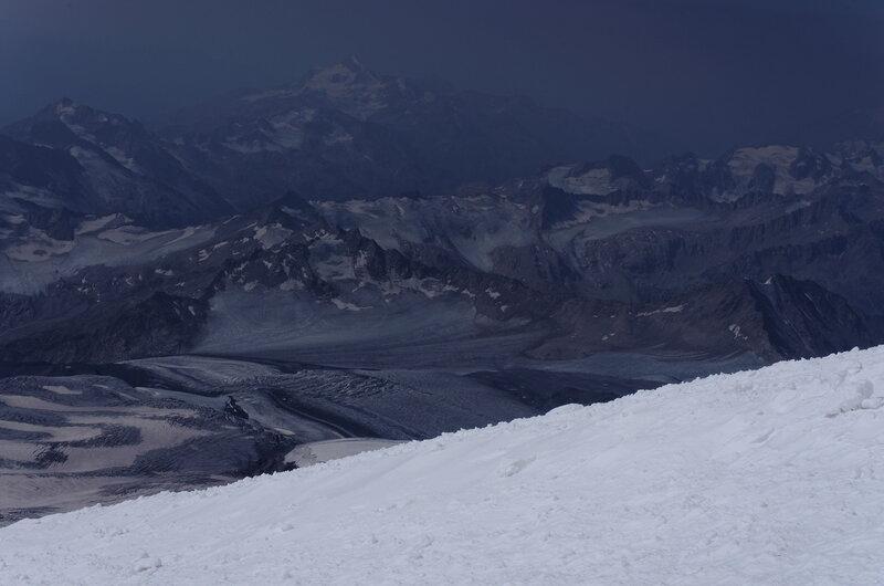 Слева и справа пропасть, и там где-то горы