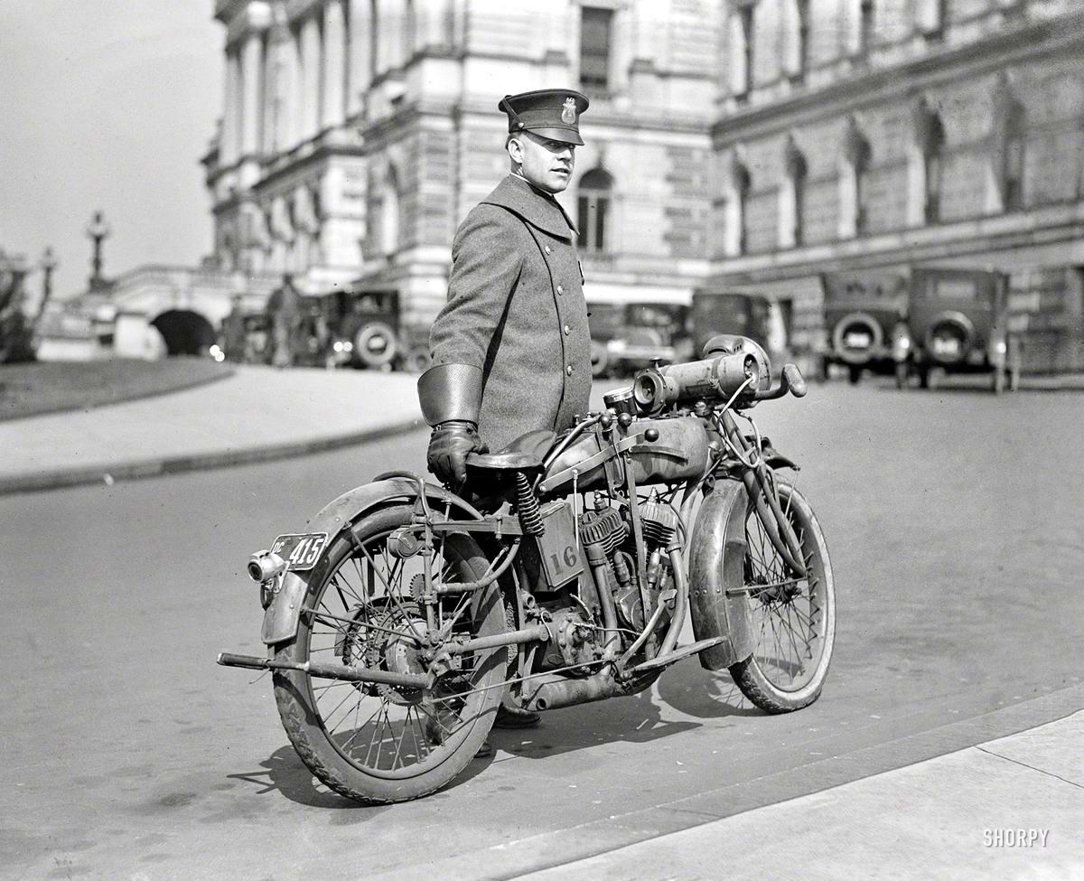 Полицейский со служебным мотоциклом (Вашингтон, 1924 год)