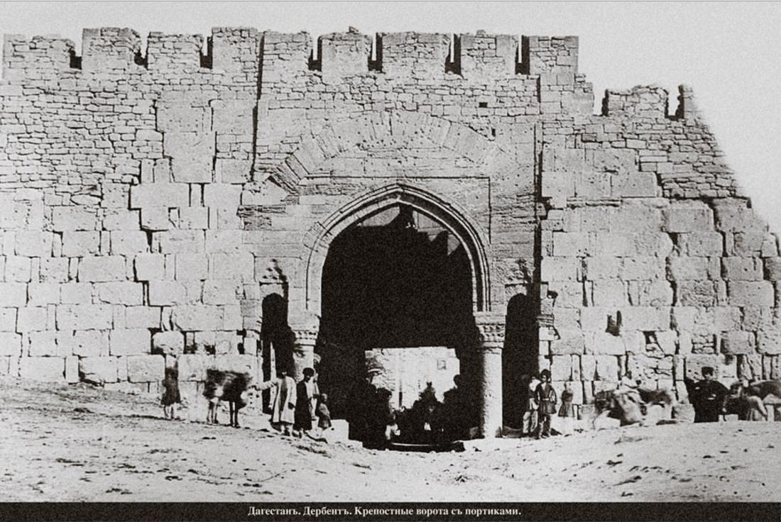 Крепостные ворота с портиками