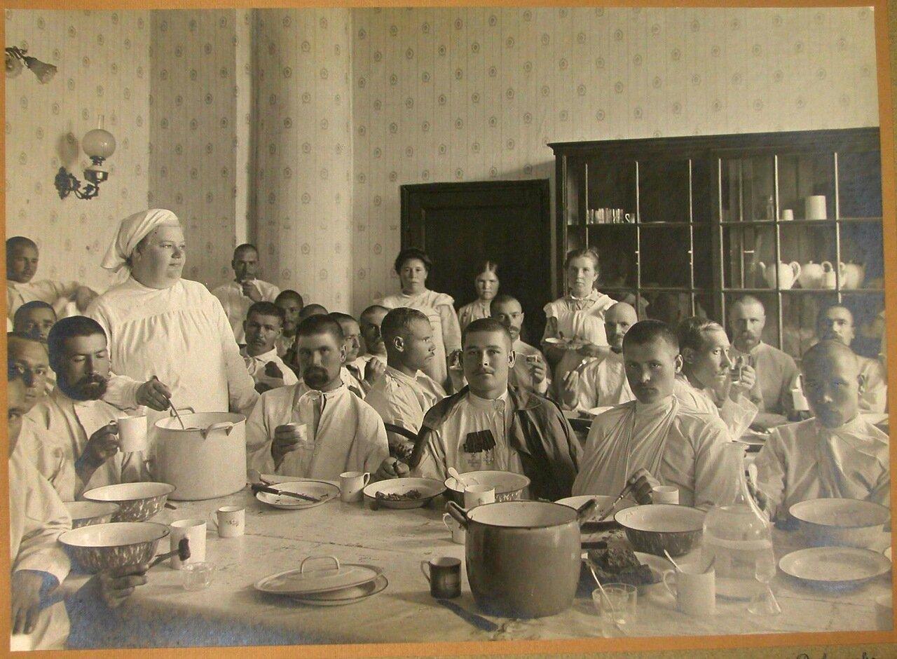 10. Раненые в столовой лазарета за обедом
