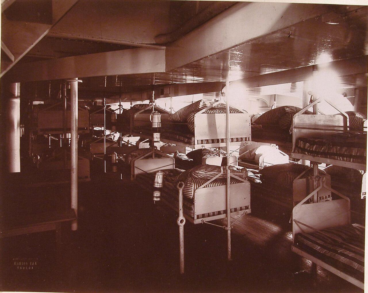 18. Вид части одной из палат плавучего госпиталя Орёл, оборудованных кроватями типа принятого на судовых лазаретах Французского флота