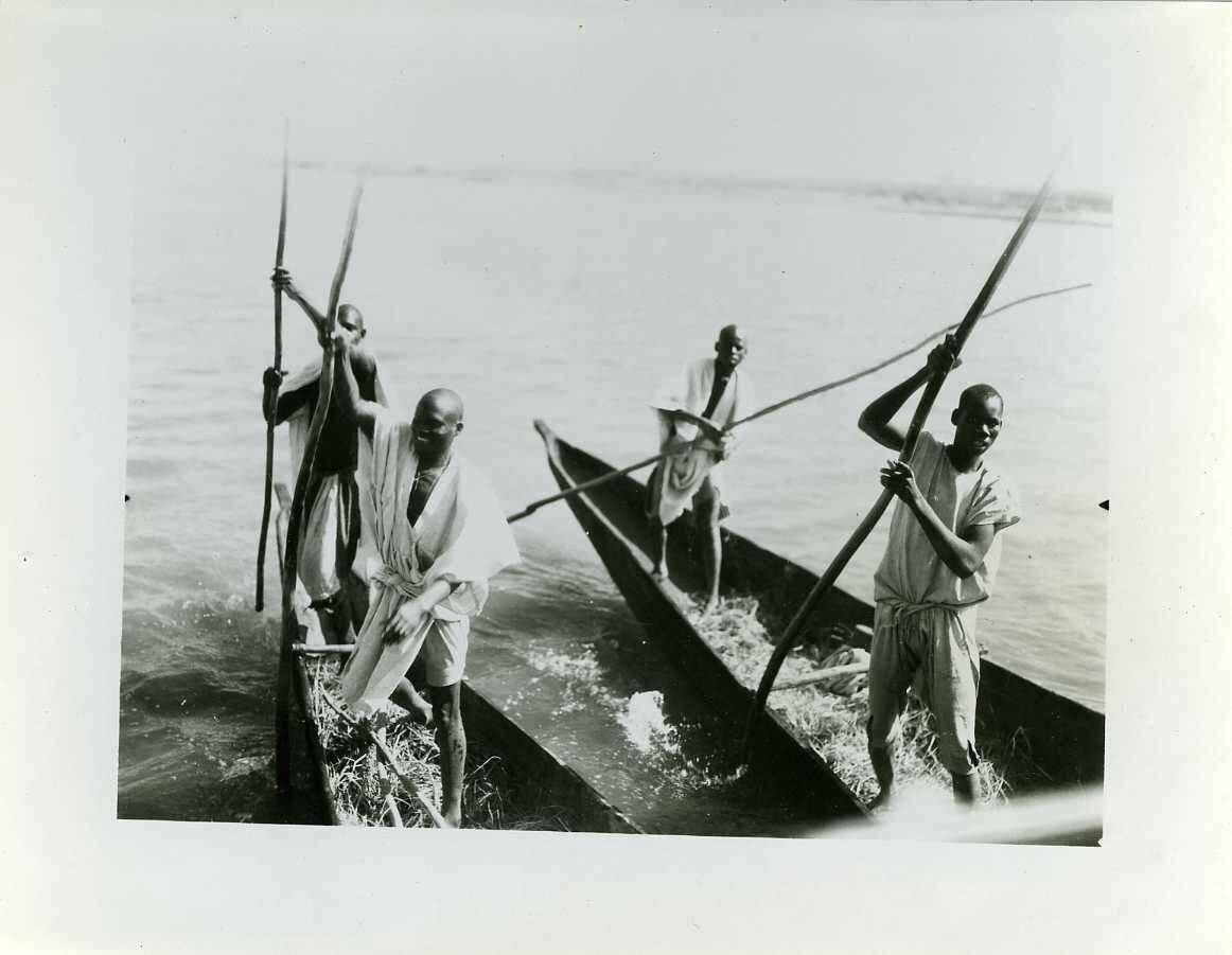 1935. Берег Слоновой Кости. Люди в каноэ