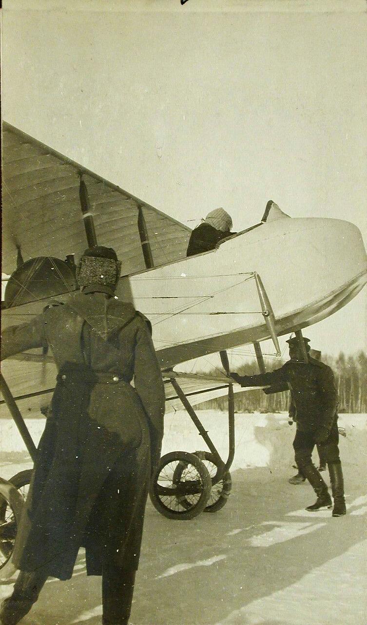 12. Авиатор Хиони сдает летательный аппарат Фарман №35 (тип №22 с удлиненной фермой) на аэродроме