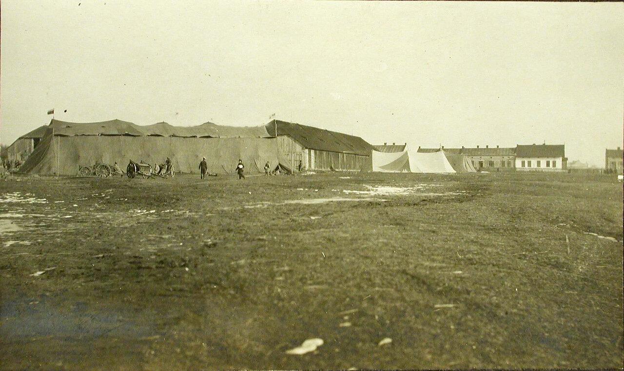 34. Общий вид палатки, установленной на аэродроме для летательного аппарата Илья Муромец