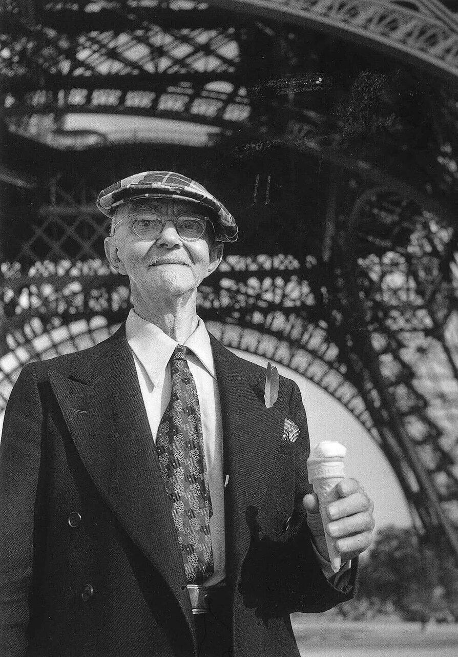 1950. Американский турист с рожком мороженого возле Эйфелевой башни