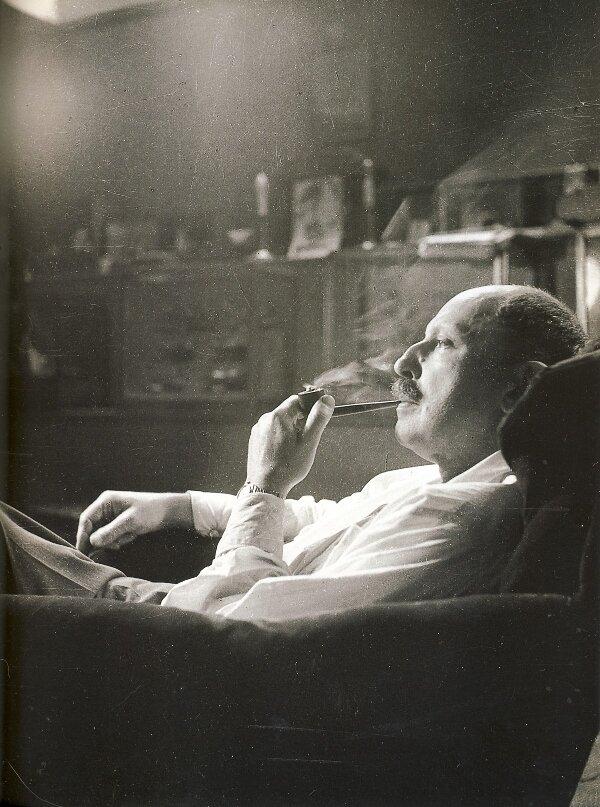 1939. Жан де ля Варенда в своей гостиной