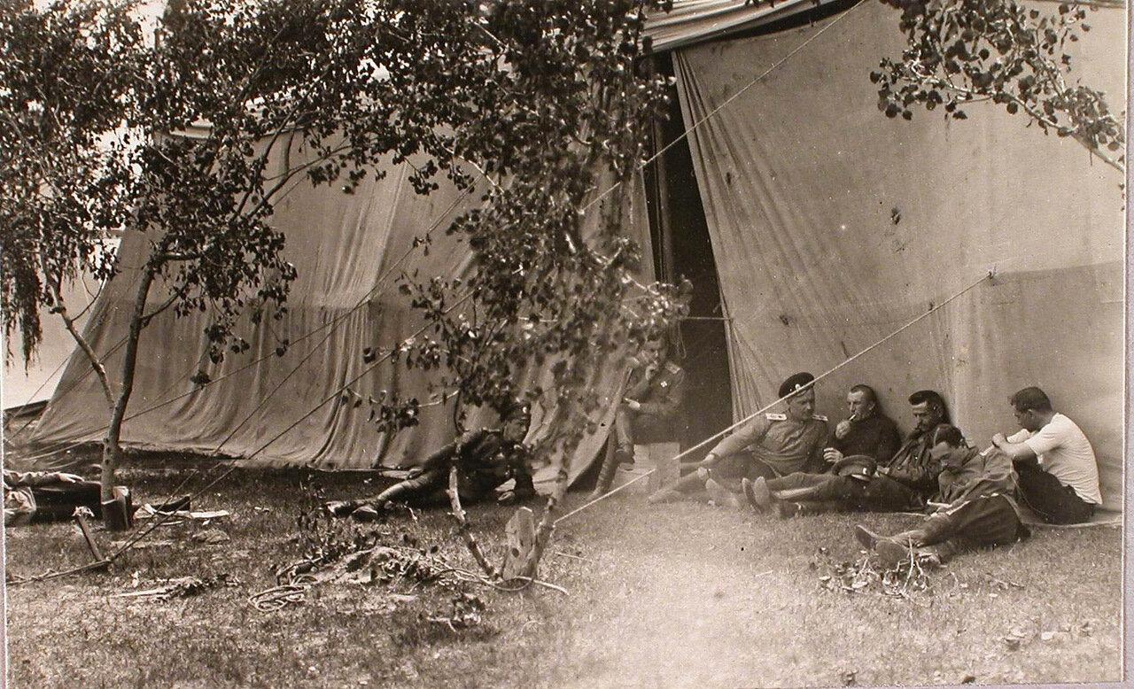 35. Группа военных отряда во время отдыха у одного из ангаров. 1915. Ковель