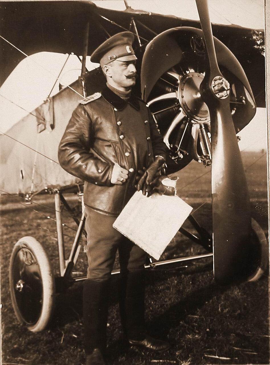 46. Начальник отряда военный лётчик есаул Ткачев у летательного аппарата. Сентябрь 1915. Рига