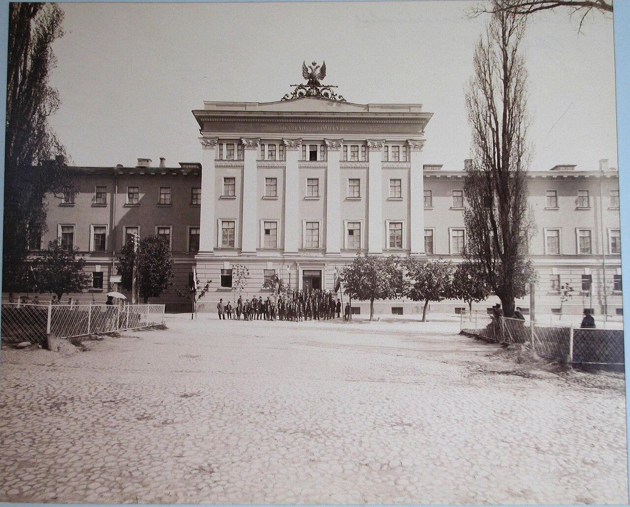 001. Группа гимназистов и преподавателей Первой Киевской гимназии у входа в здание гимназии