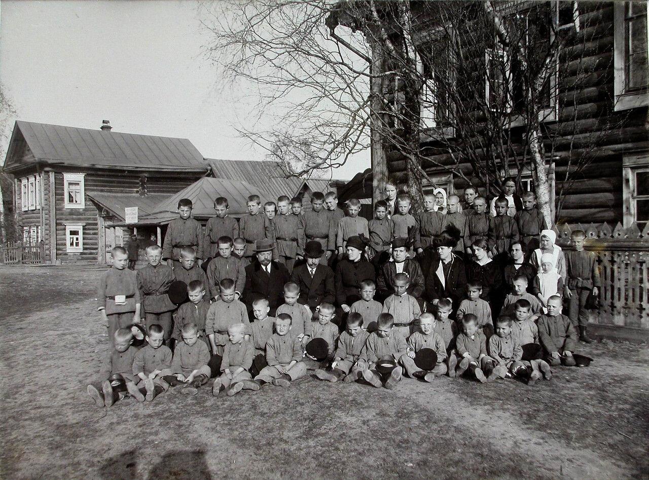 03. Группа детей с воспитателями и попечителями у здания колонии