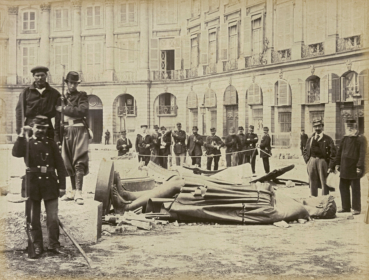 09. Вандомская площадь. Разбитая статуя императора Наполеона,    16 мая 1871