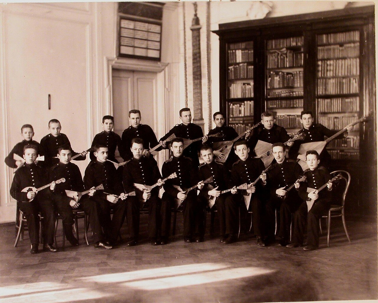 15. Группа воспитанников кадетского корпуса участников оркестра народных инструментов