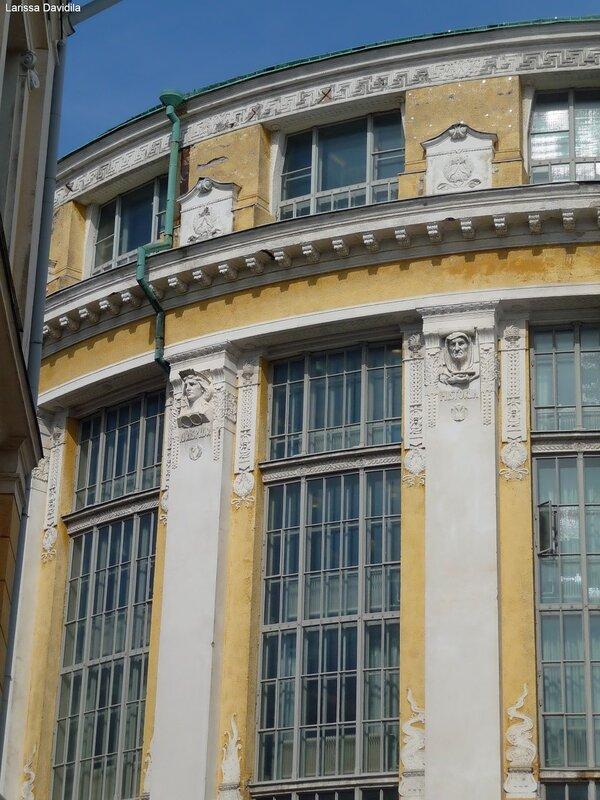 Рельефы на здании Национальной библиотеки.