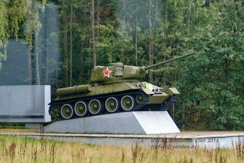 Т-34-85 на мемориале у братской могилы советских воинов, Калининградская обл.