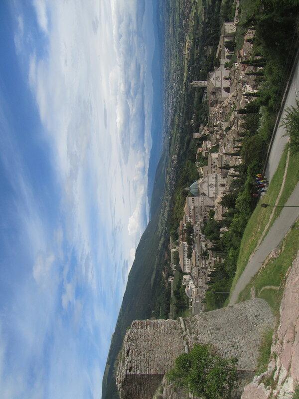 Ассизи Рокка Маджоре панорама сверху.jpg