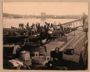 Местные жители и торговцы на пристани.