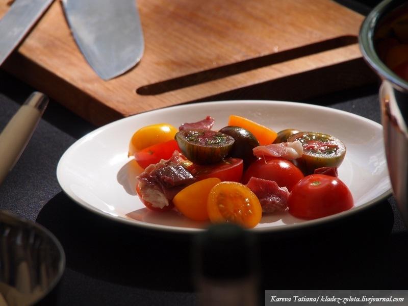 Салат с томатами и уткой