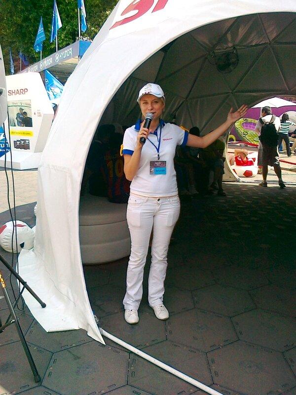 Промоутер шатра Sharp в фан-зоне Киева