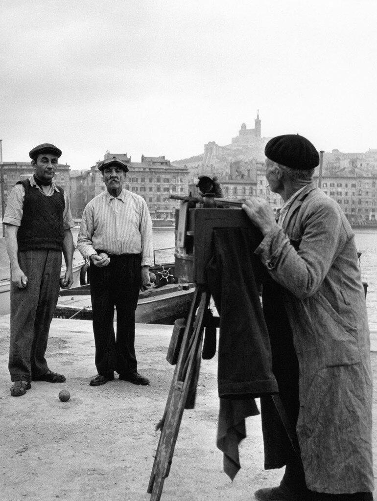 1951. Фотограф и игроки в мяч. Марсель