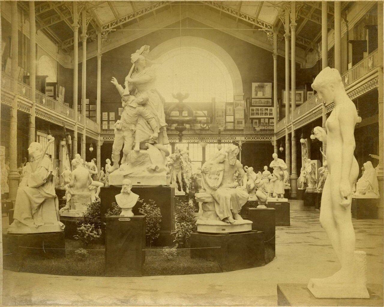 Зал скульптуры в Лувре.