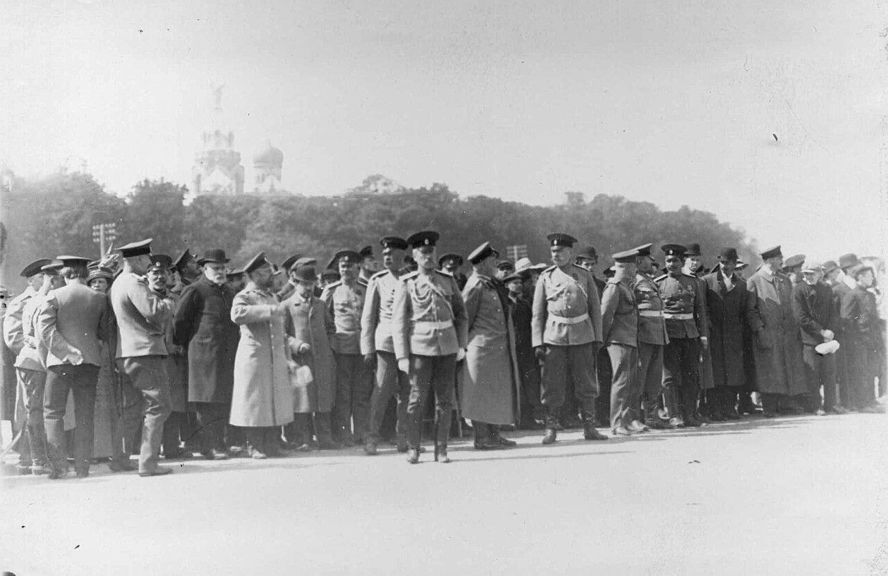 15. Группа военных и зрителей на Марсовом поле в ожидании прохода автомобильной колонны