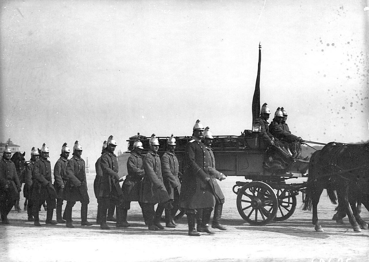 24. Пожарные Нарвской части проходят по Марсову полю во время парада