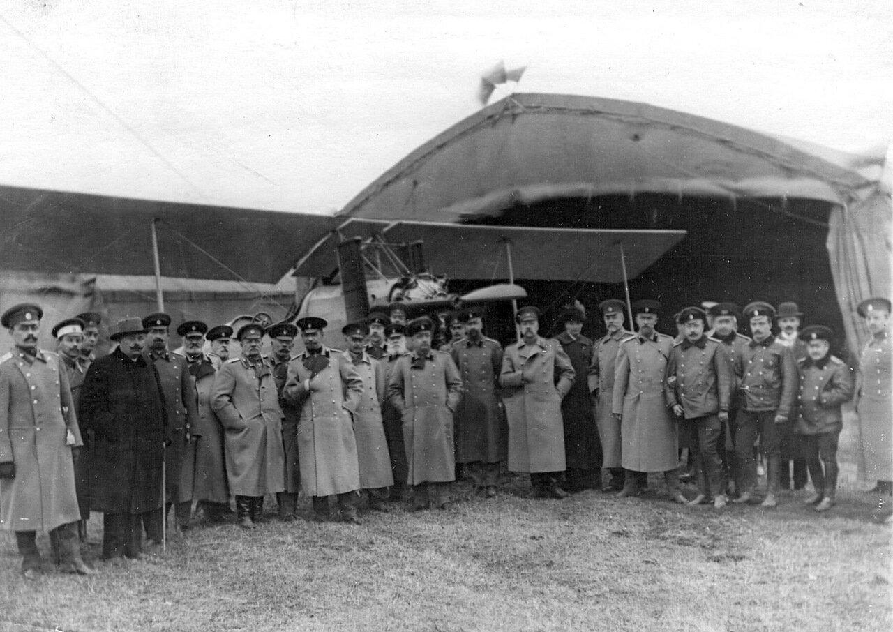 18. Группа офицеров у аэроплана