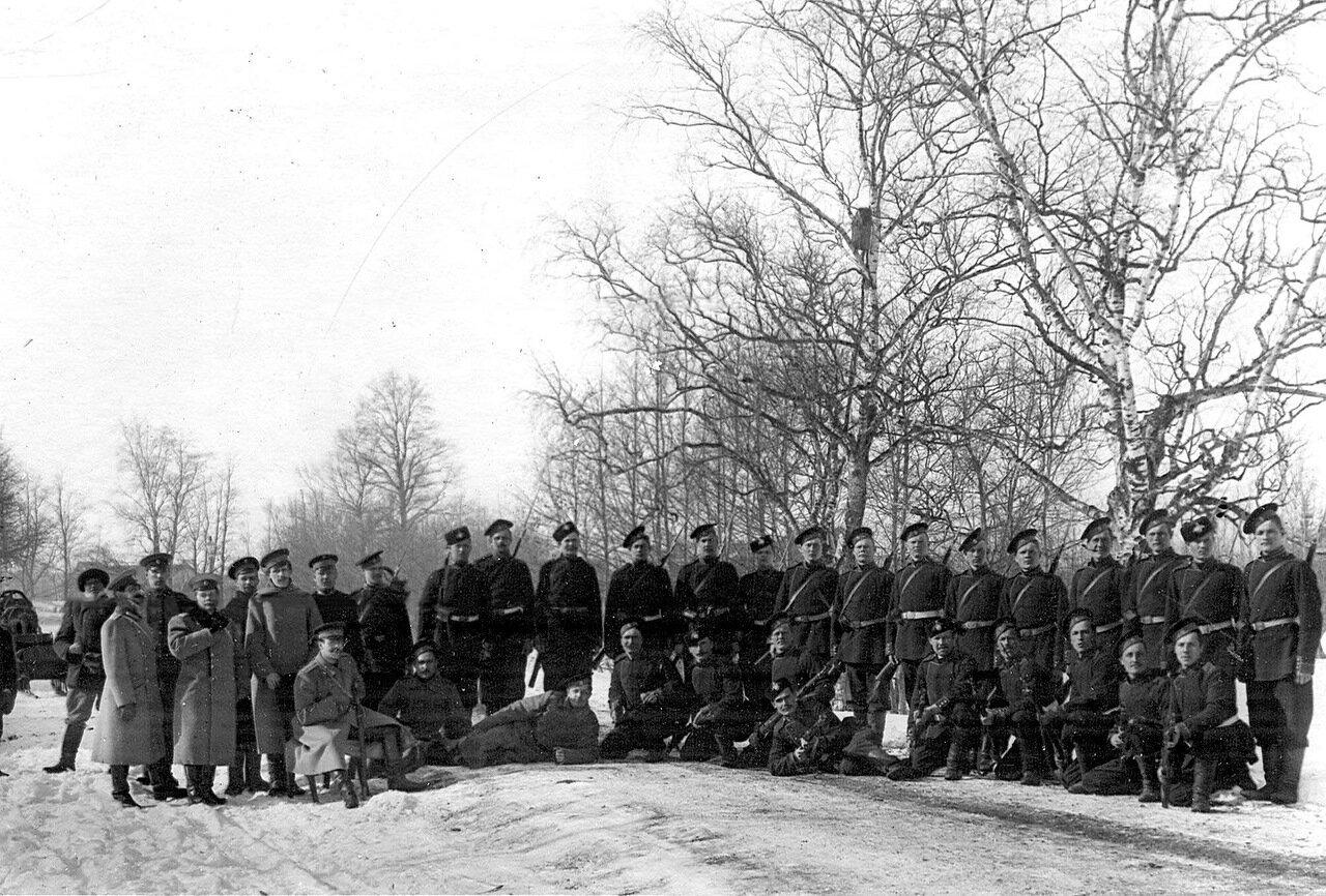 37. Группа солдат гвардейских полков, проходящих пограничную практику. 1908