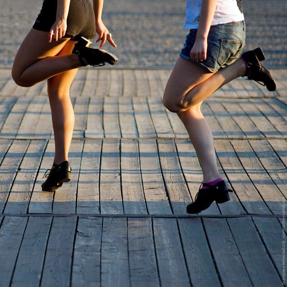 Танец демонстрирующие ножки согласна