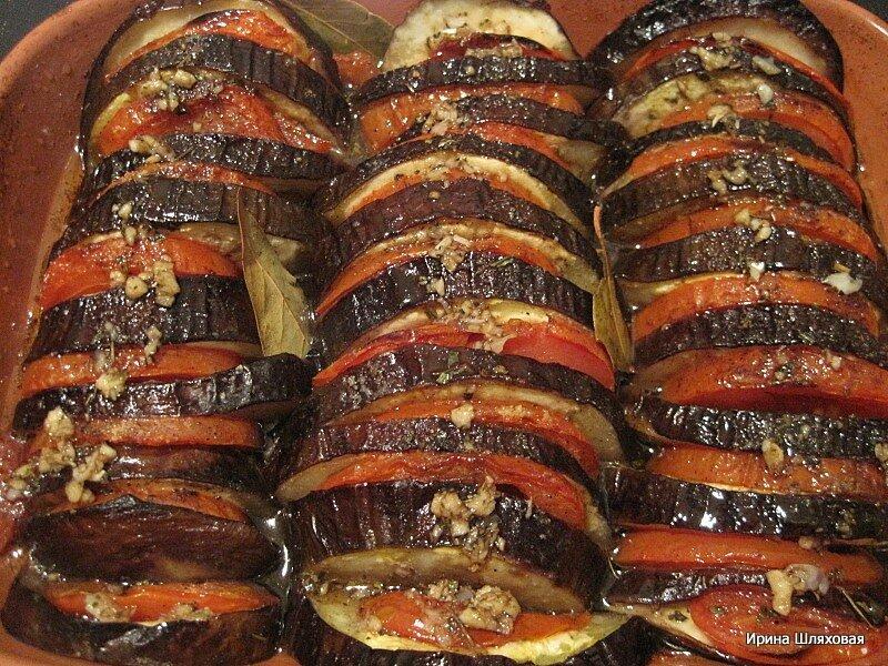 Печеные баклажаны с помидорами