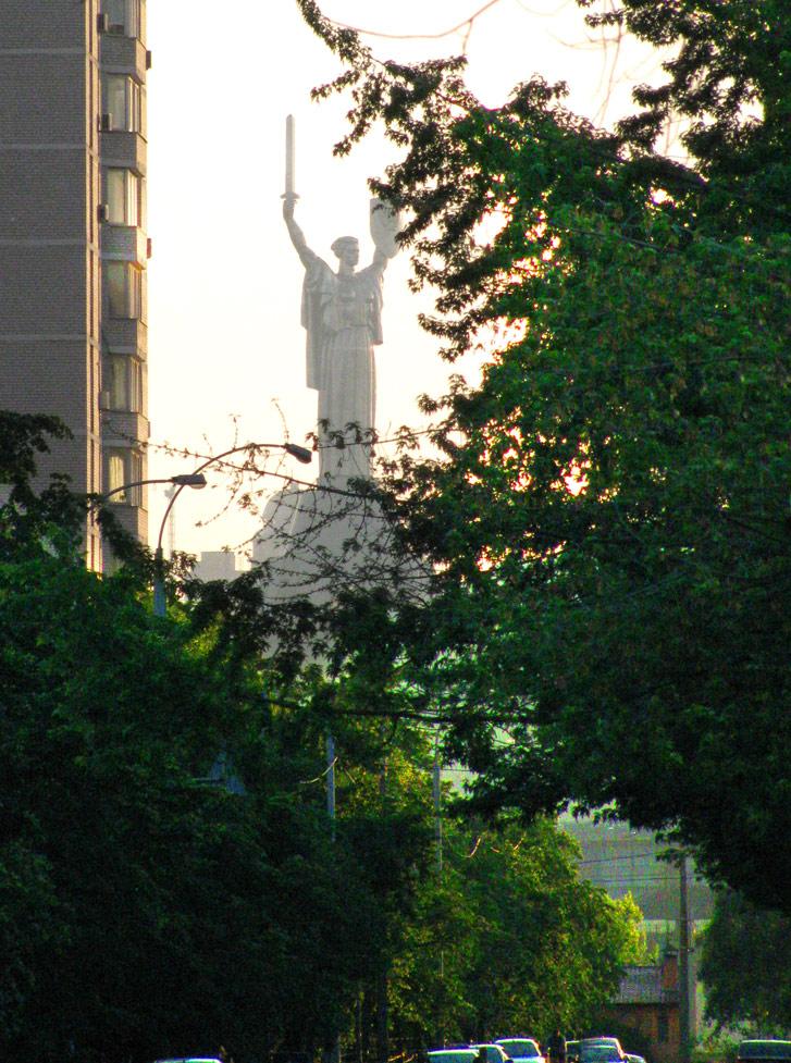 Нетрадиционный вид на статую Родины-матери в Киеве