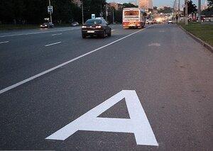 Во Владивостоке продолжают обновлять дорожную разметку