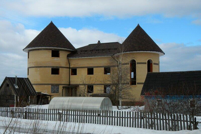Замок с двумя кирпичными башнями в Дороничах