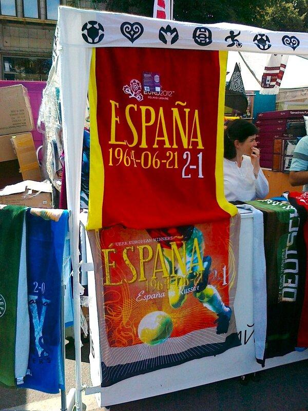 Испанский вымпел в сувенирном ларьке киевской фан-зоны